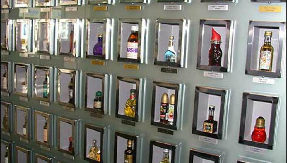 Galleriet har en egen vegg for flasker fra donatorer. Her står mange kjente givere - for eksempel Unni Wilhelmsen (egenprodusert dram i mikroflaske), Celina Midelfart (muselik), Petter Stordalen (hotellformet flaske), Johan H. Andresen (Swixtube med martini) ...