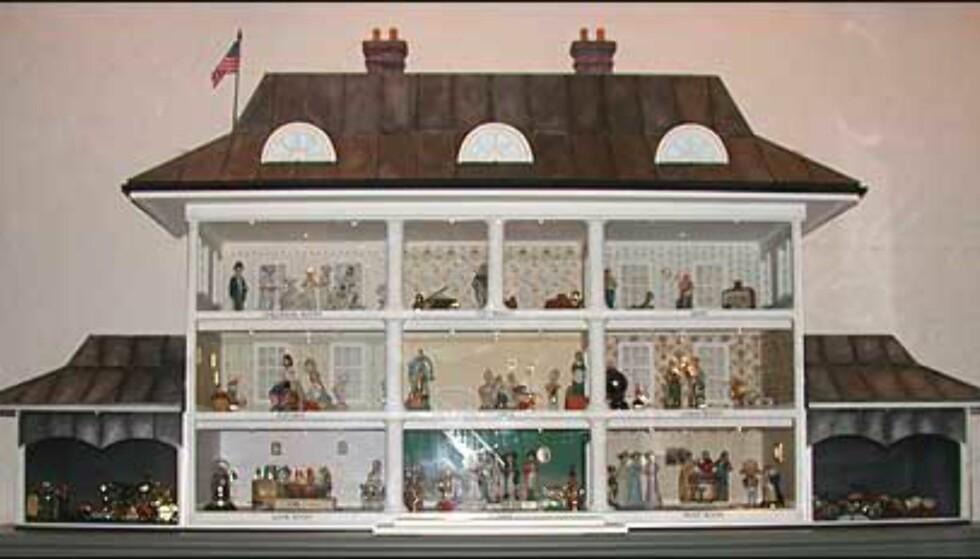 Museet har en egen avdeling for flasker som barn finner interessante, og dette dukkehuset er innredet med flasker.
