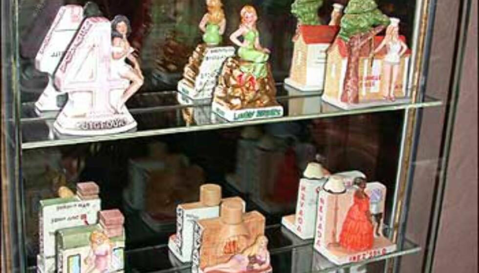 I Bordellrommet står blant annet en samling flasker utgitt av bordeller i Nevada - på baksiden kan du se kart slik at du finner tilbake igjen ...