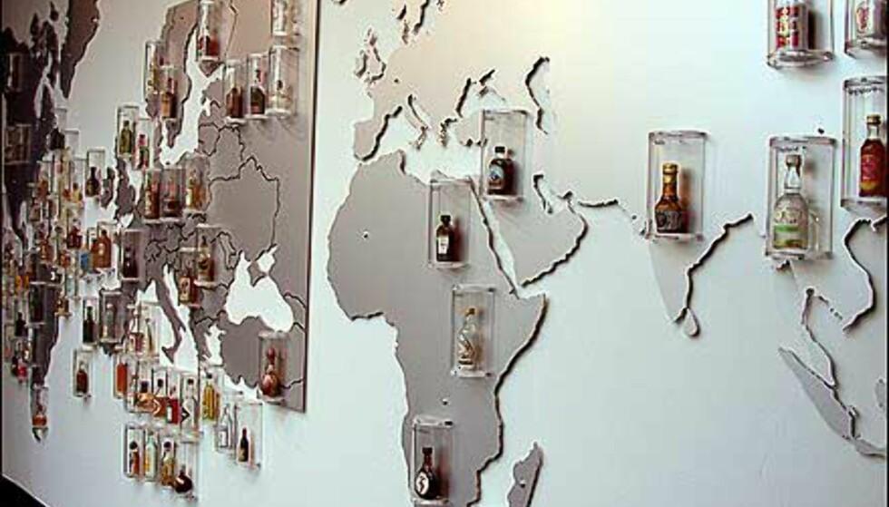 Verdenskartet i festsalen viser hvor i verden alle samlingens flasker kommer fra.