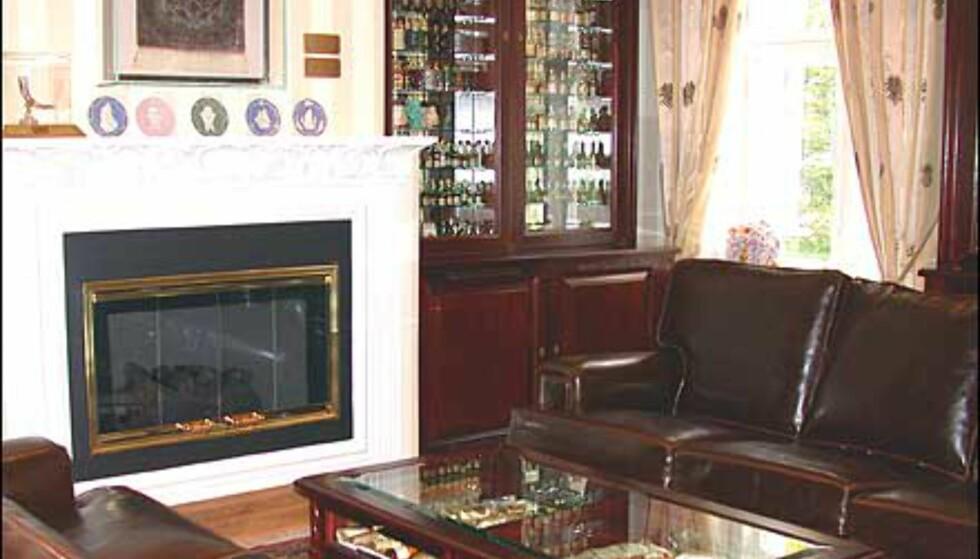 Konjakkrommet har dekor som et engelsk bibliotek med dype sofaer og peis. Men i bokhyllene råder flaskene grunnen.