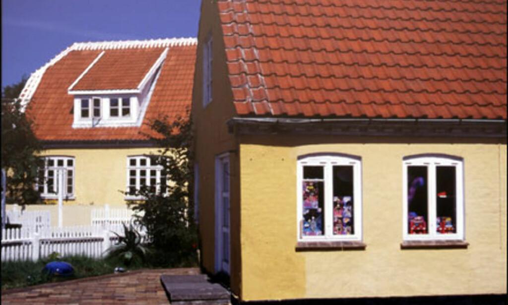 """Typiske skagenhus med gulkalket mur, hvite vinduer, rødt tak og hvite """"blonder"""" på de ytterste taksteinene. Foto: Kristin Sørdal"""