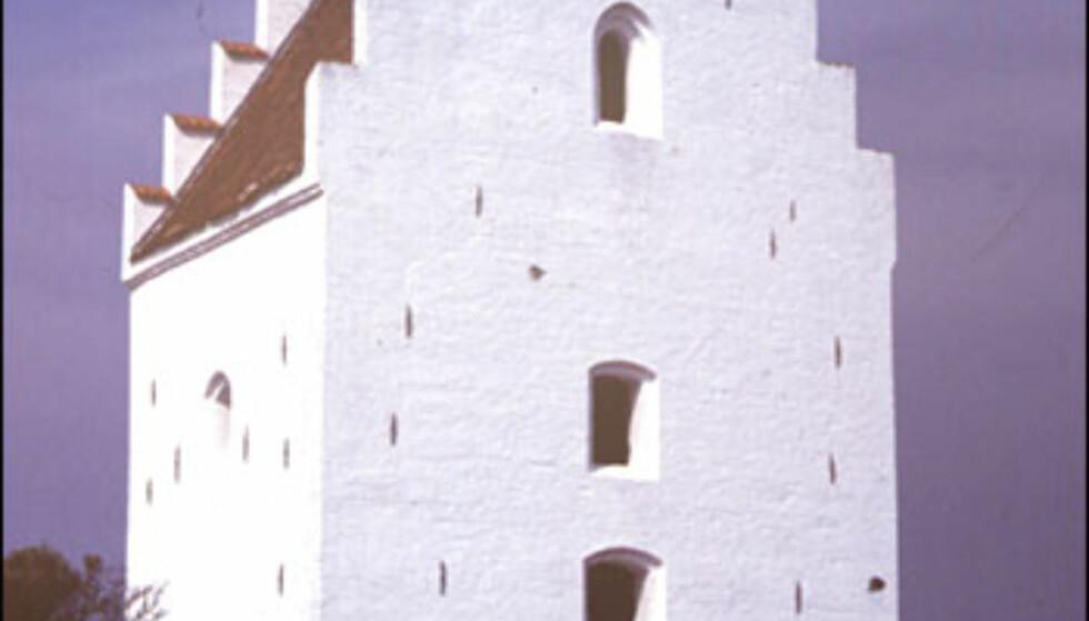 """""""Den Tilsandede Kirke"""" - eller Sct. Laurentii Kirke som den egentlig het. Etter sandflukten som angrep området, er det kun tårnet som stikker opp over bakken. Foto: Kristin Sørdal"""
