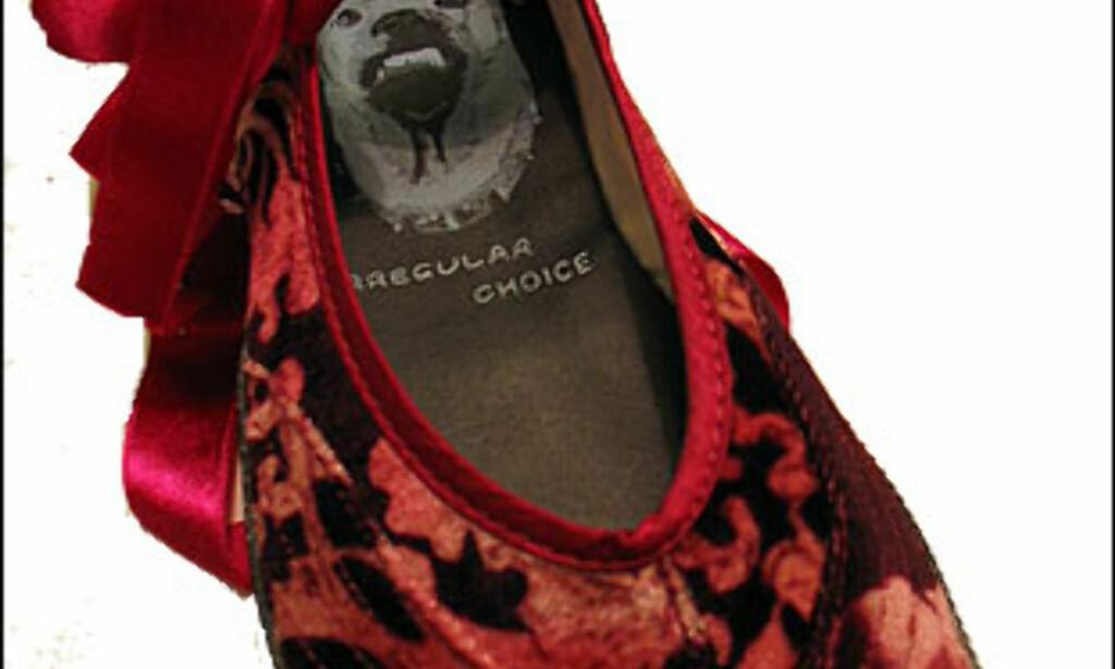 Eksentrisk britisk skodesign. Fløyelstøffelen med tåskiller koster 690 kroner hos Lille Vinkel sko i Oslo.  Foto: Inga Holst Foto: Inga Holst