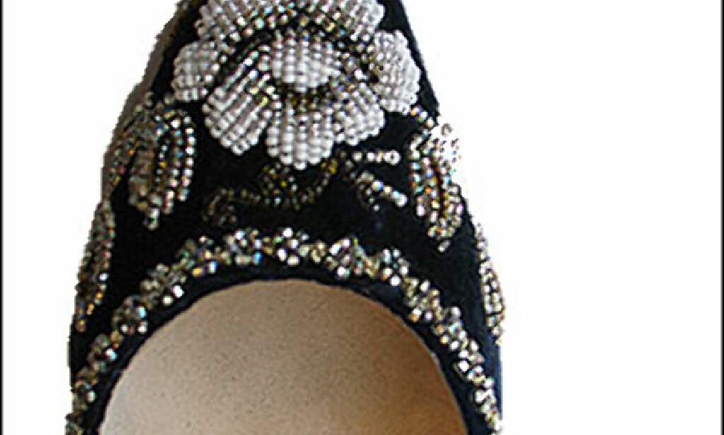 Regalia for feets - gave til bena - er britiske Emma Hopes slagord. Disse perlebestrødde fløyels-slingbacksene fås hos Studio Scarpa i Oslo for 4.300 kroner.  Foto: Inga Holst Foto: Inga Holst