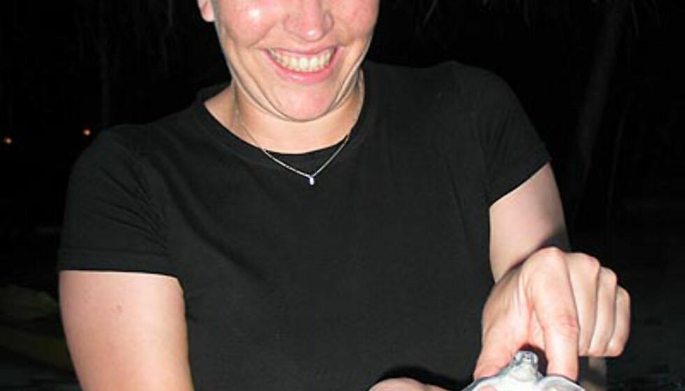Jannike Ingvaldsen med skilpaddeungen - noen minutter senere var det over.