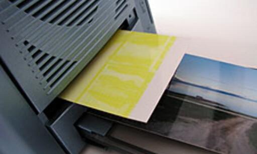 Først rulles gul folie over fotopapiret. Hele prosessen er firedelt.