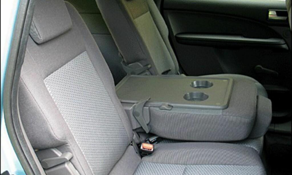 Det midterste setet kan også legges ned og brukes som bord.