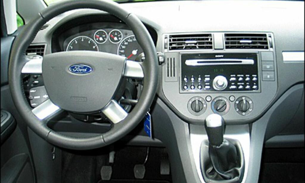 For første gang har Ford flyttet girspaken opp i midtkonsollen. Kanskje ikke så pent, men veldig behagelig.