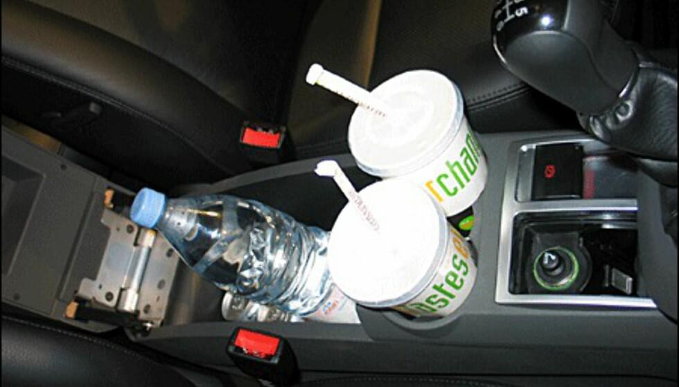 I midtkonsollen på Ghia utgavene finnes et oppbevaringsrom som er så stort at du kan ha 1,5 liters flasker der. Dessverre er det ikke avkjølt. Koppholdere følger også med.