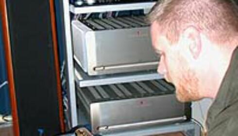 Nøyaktig kalibrering av komponentene må til - her demonstrerer Per S. Jørgensen innstillingen av surroundprosessoren til Meridian.