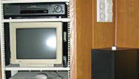 PC-en i stua & stereokomponentene <br /> er innmontert i et skap ved<br /> venstre fronthøyttaler, og lerretet.