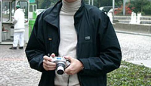 Amund Hamre er produktsjef i HP. Her viser han fram forgjengeren Photosmart 850.