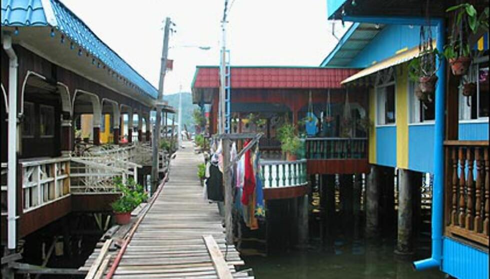 Fine farger på husene pynter opp i vannlandsbyen
