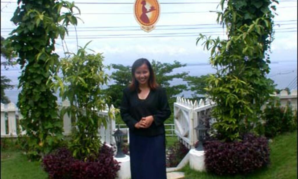 Vakre Fazura Azima Ag Sha ønsker hjertelig velkommen til det engelske tehuset, med utsikt over Sandakans havn.