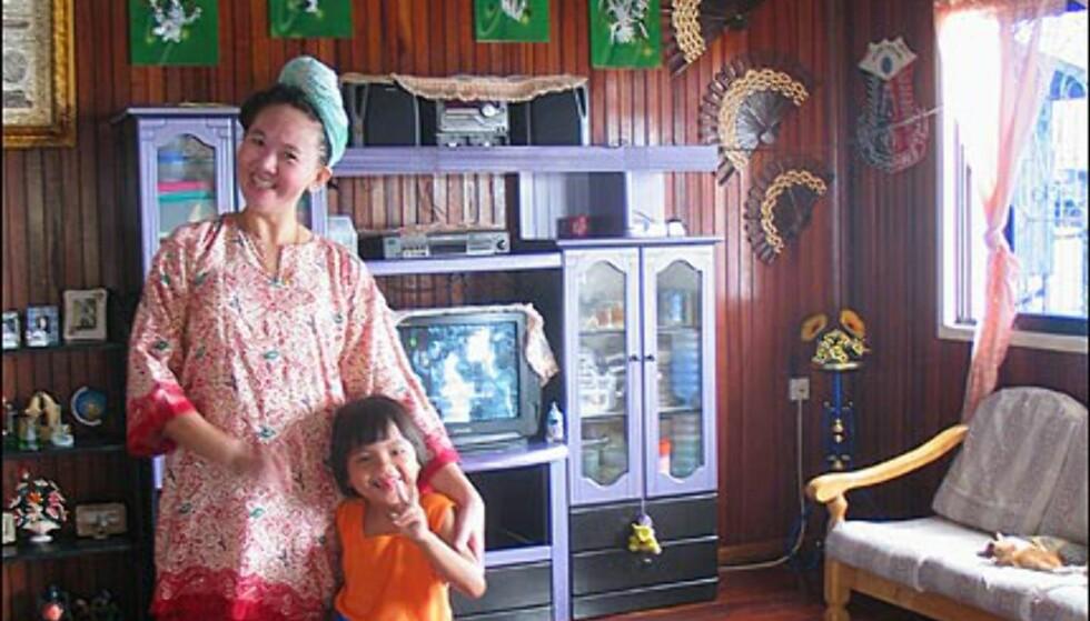 Rosanna Tan og hennes søte datter Dayang Amirah viser stolt fram sin flotte bolig i vannlandsbyen.