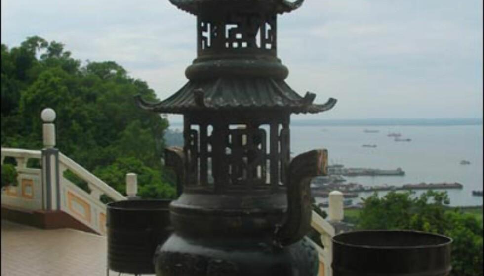 Foran tempelets hovedinngang.