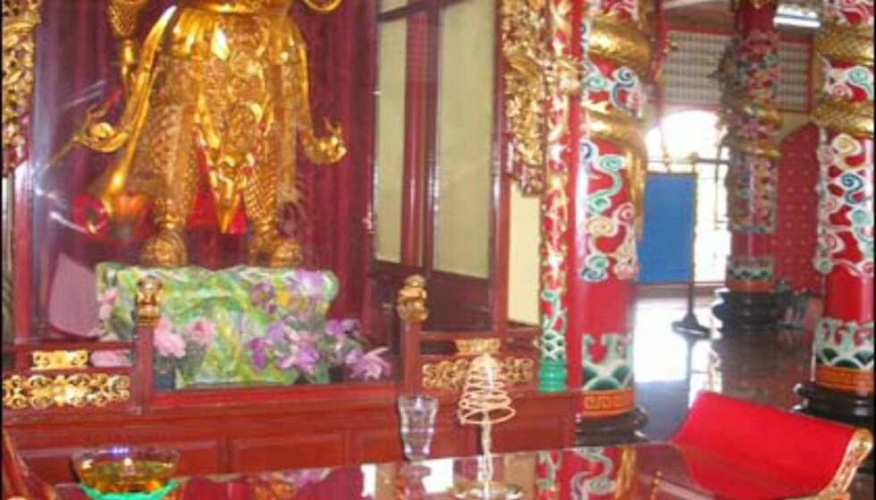 Kinesisk kriger passer på i tempelet.