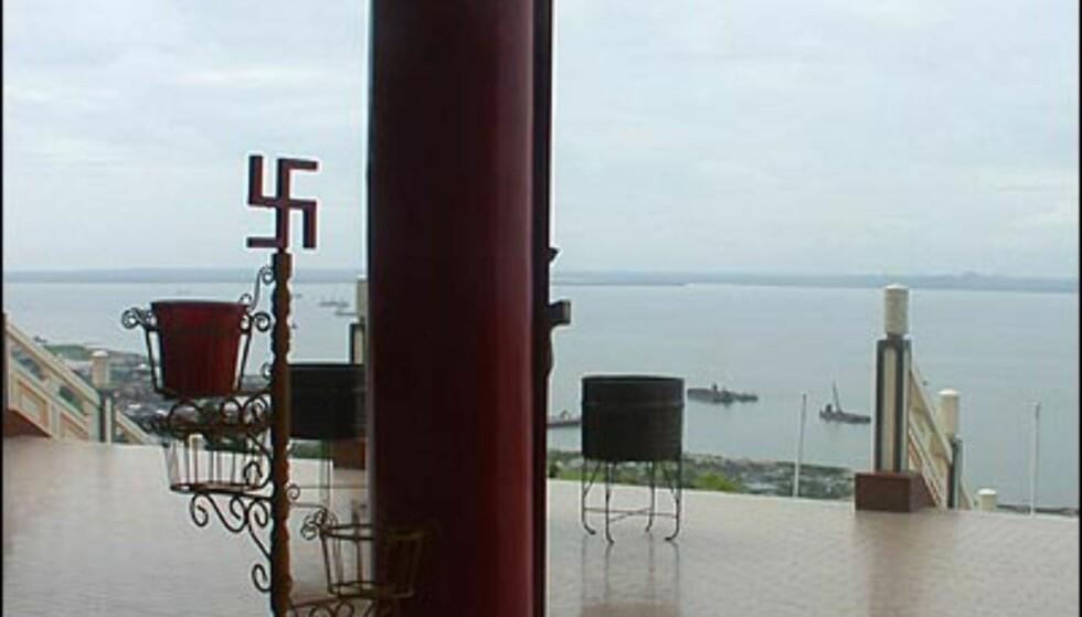Svastikaen går igjen over hele det kinesiske tempelet. Bildet er tatt inne fra hovedinngangen og ut.