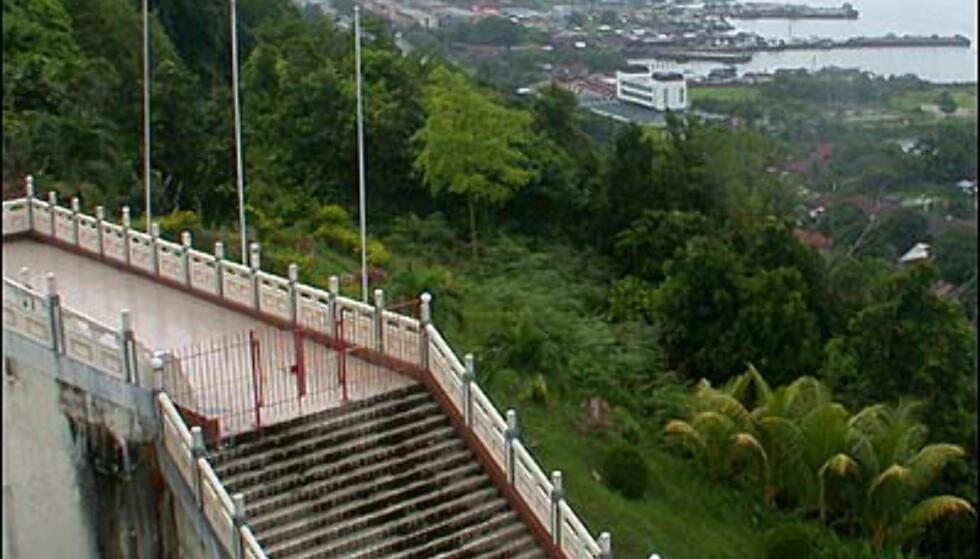 Trappen ned til parkområdet ved det kinesiske tempelet er stor og ser ut som et stykke fra Den kinesiske mur.