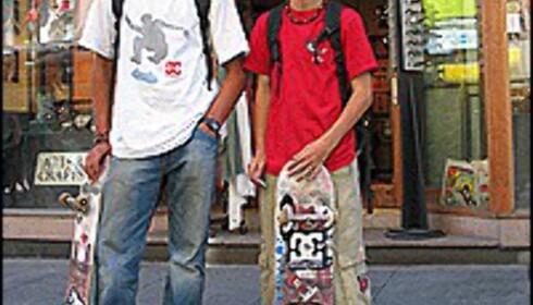 Alexander Ekeogu Jensen (14) og Kim Patrick Karlsen bruker pengene på skateboard. Foto: Inga Holst Foto: Inga Holst
