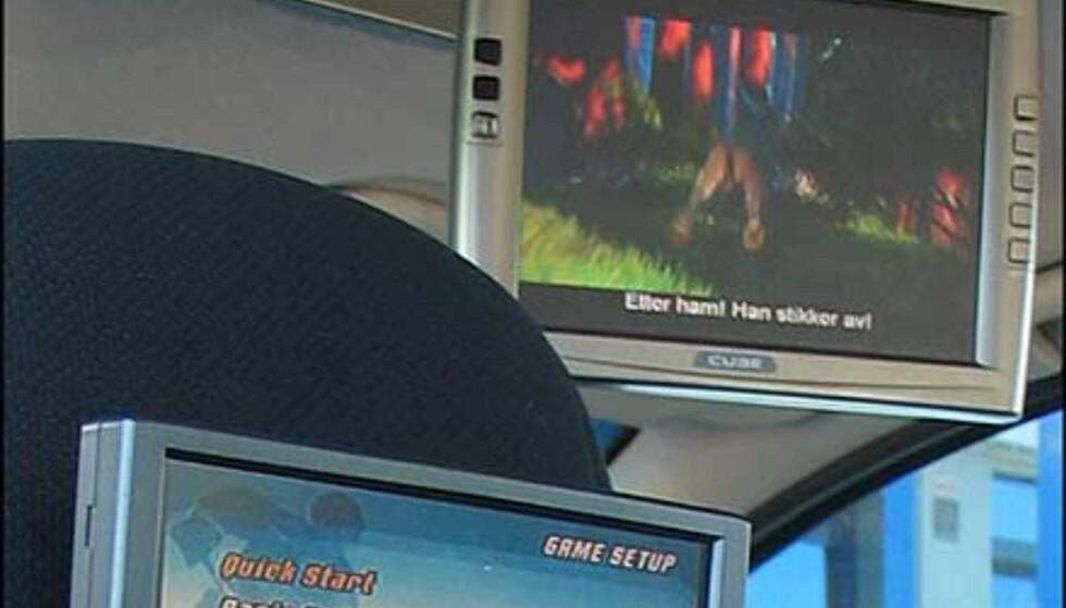 """Takmodellen AT080, er en 8 tommers LCD-skjerm med innebygget kupelys, TV-tuner, antenne, flere innganger for spill og DVD. Skjermen er selvsagt nedfellbar, og det følger med en trådlås hodetelefon i prisen. Veiledende = 10.990.-   Widescreen-utgaven AM070 er en 7"""" 16:9 monitor og kjører her et PS2-spill. Veiledende pris er 6.175.-"""