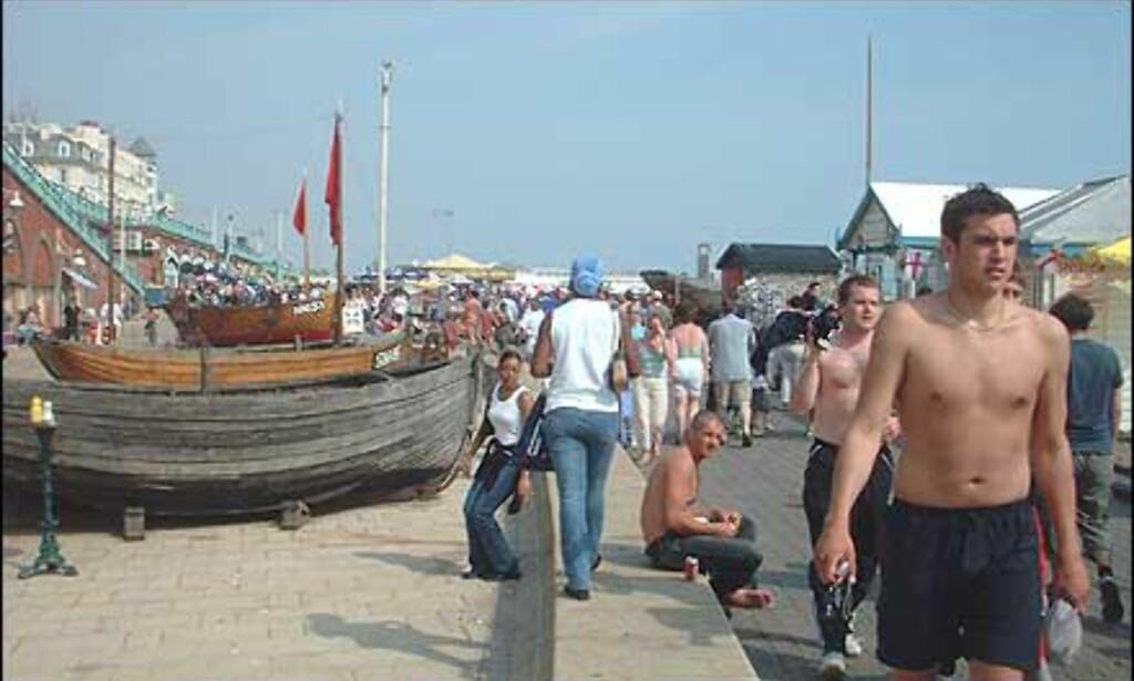 Mye og mange å se på langs strandpromenaden. Foto: Stine Okkelmo