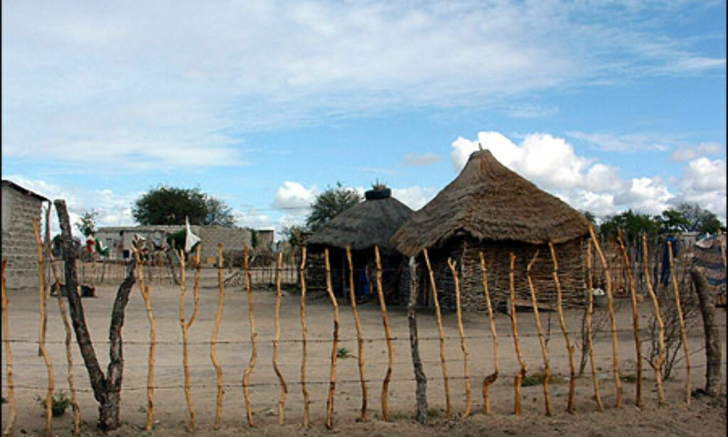 - Her bor de fattigeste av de fattige, flyktninger fra Mozambique, i firkantede flettehus. Mange av de vi skal undervise kommer fra liknende landsbyer, forteller Gry Gaard. Foto: Gry Gaard