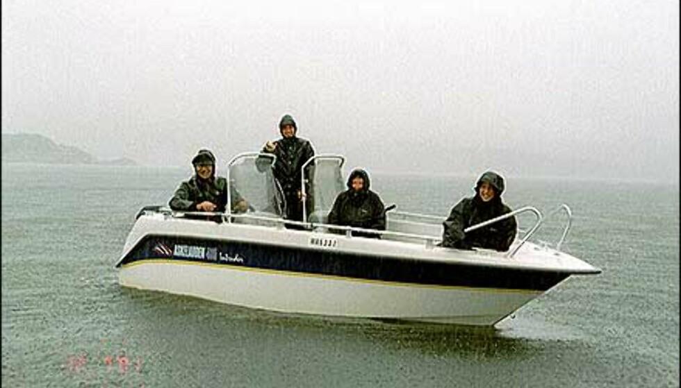 Båtvær i nord - ikke nok til å skremme denne gjengen på land. Foto: Reidi Halsan Foto: Reidi Halsan