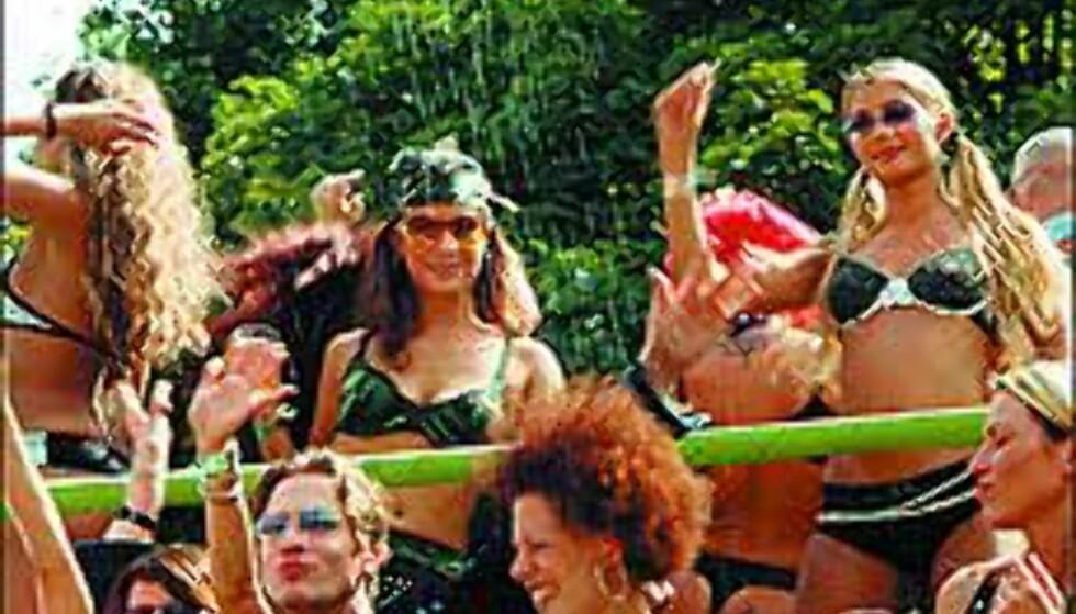 Dansere på en av de mange lydspredende flåtene.