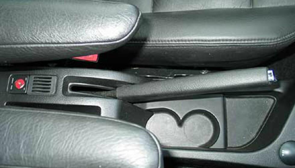 Mellom setene foran finner du et lite opbevaringsrom, to armlener, to koppeholdere samt nøkkelstyrt bryter for å skru av/på kollisjonsputen på passasjersiden.