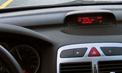 Det høyt plasserte displayet i midtkonsollen gir deg informasjon om utetemperatur, radiokanal (eller CD-spor) og klokkeslett.