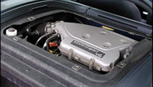 """En treliters V6'er ruver i """"bagasjerommet""""."""