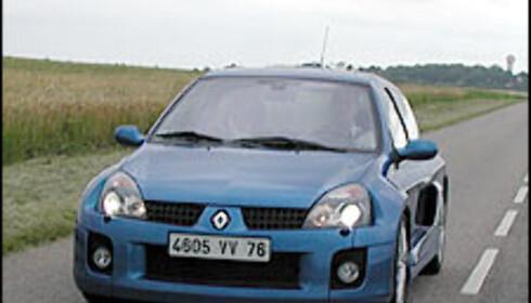 Clio V6 har mange likhetstrekk med den vanlig Clio, men fra vinduskarmen og ned er det totalt forskjellig.