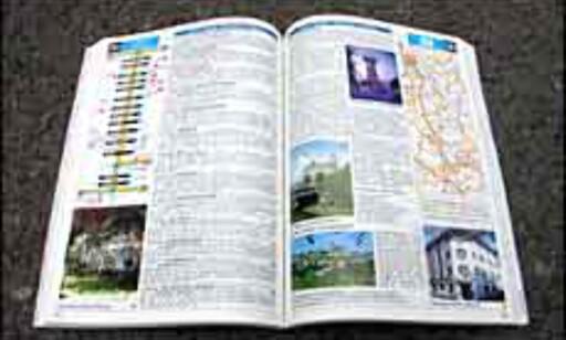 Boken er tettpakket med informasjon. Her er illustrasjoner som viser hvilke avkjøringer du skal velge (venstre side) og områdekart som viser hvilket område de forskjellige delene av boken omhandler.