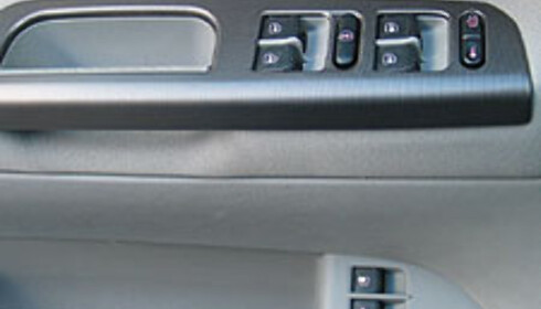 Modellen vi testet hadde el-vinduer foran og bak. Føreren har full kontroll over låsing av vinduer og dører, samt åpning av bakluke og drivstofflokk via knapper i døren.