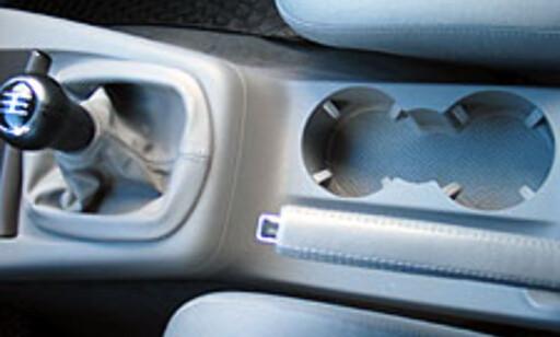 Flaske/koppeholder mellom setene foran er veldig praktisk.