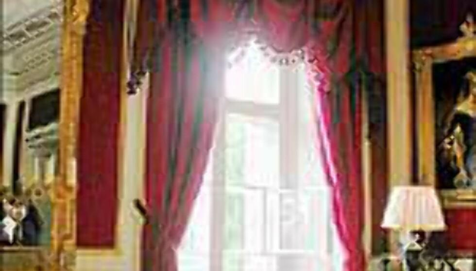 Tunge draperier henger foran vinduene i gjestesuitens stue, Bernadottesalongen.