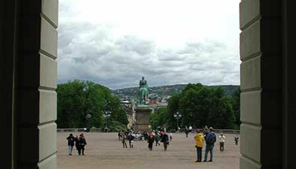 MOT SLOTTSBAKKEN: Under arkitekt Linstows hvelvinger kan vi se ut på turistene som fyller slottsbakken. Statsrådsgarderoben ligger inn til høyre.