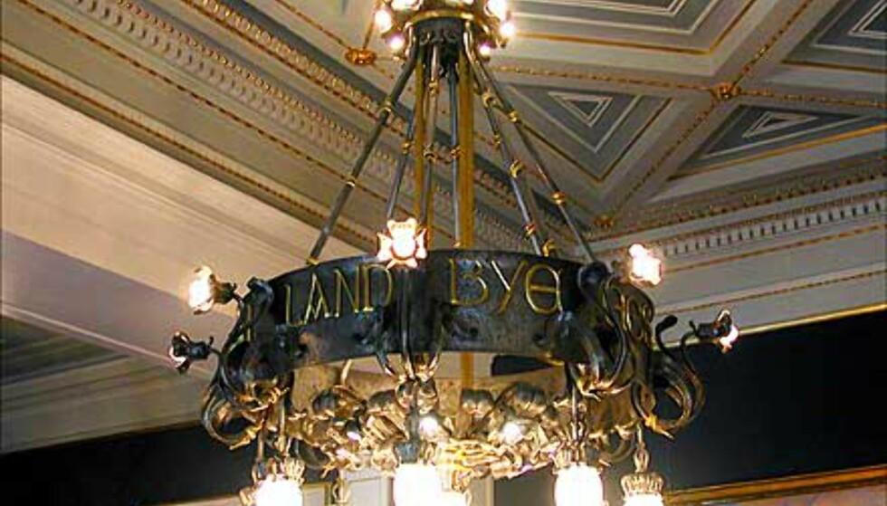 JUGENDLAMPE: Lysekronen i Statsrådssalen er prydet med inskripsjonen: MED LOV SKAL LANDET BYGGES.