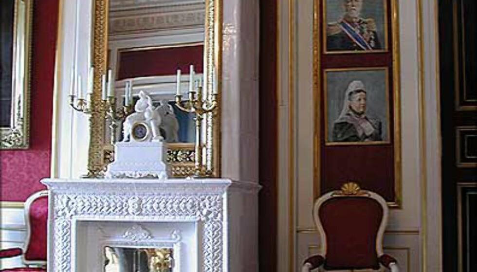 BERNADOTTESALONGEN: Rommet er stue og spiserom i Slottets flotteste gjestesuite, og på veggene henger malerier av forskjellige medlemmer av det gamle svenske kongehuset. Her bodde blant andre Dronning Elizabeth under sitt siste besøk i Oslo.