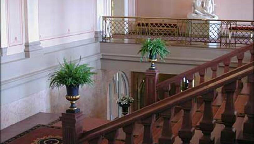 VESTIBYLEN: Skal du i audiens, på ball eller i middag? Da går veien opp trappen i den rosa Vestibylen.