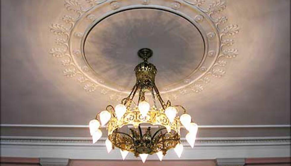 VESTIBYLEN: En vakker lysekrone dominerer taket over trappen. Vestibylens dekor har etter oppussingen blitt ført tilbake til opprinnelige farger.