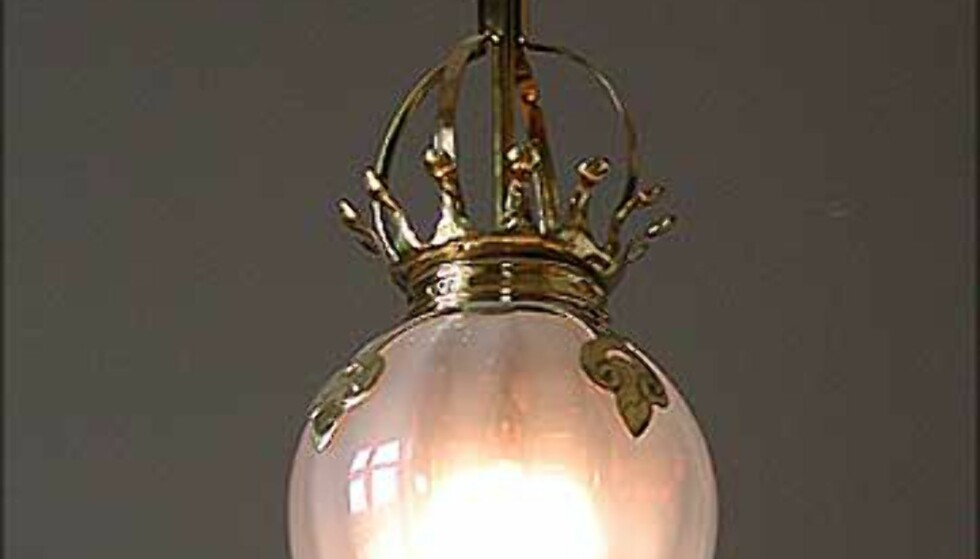 <strong>VAKTSALEN:</strong> I taket i vaktsalen, mellom Vestibylen og Fugleværelset, henger flere slike vakre lamper.
