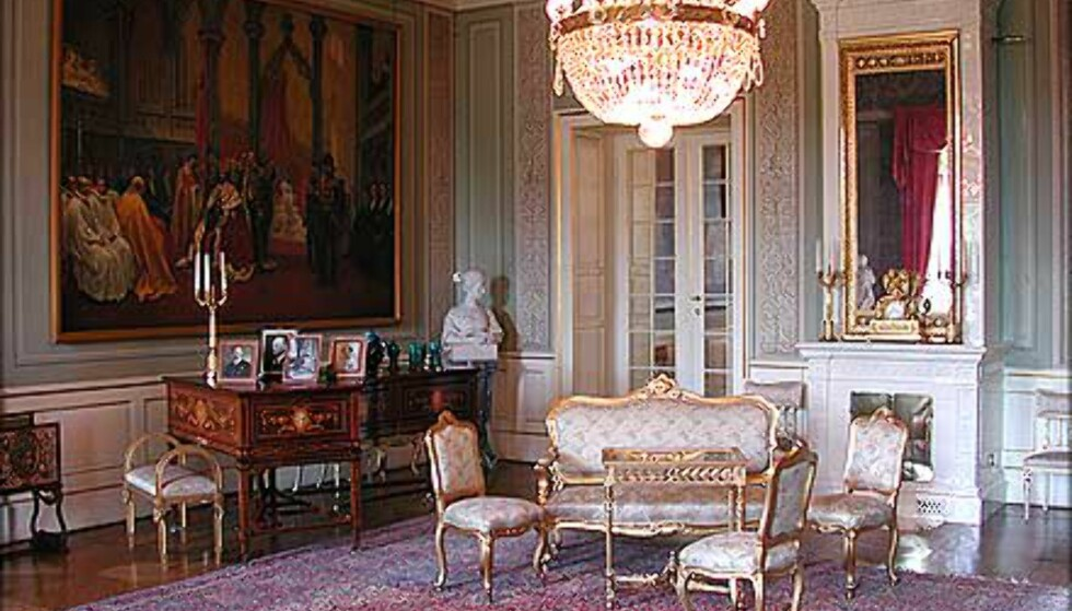 SPEILSALEN: Rommet er dekorert i jugendstil, og ble innredet av Dronning Maud. Like ved dette rommet og Fugleværelset, ligger Kongens og Dronningens arbeidsværelser. De er ikke åpne for publikum.