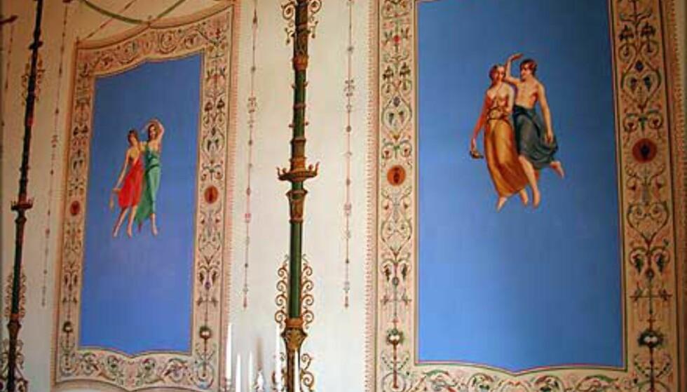 <strong>DANSERINNER:</strong> I den daglige spisesal pryder lettkledte danserinner veggene - et middel til å muntre opp stemningen. De var tidligere skjult bak malerier på grunn av sin dristige fremtoning.