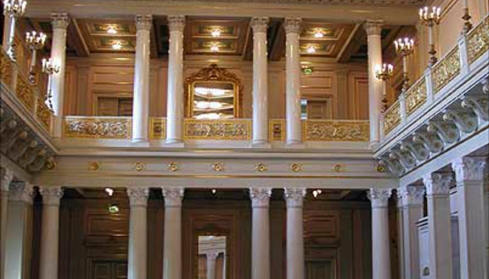 <strong>DEN STORE FESTSAL:</strong> Den store salen er ekstra høy under taket, og har på det meste rommet 200 feststemte mennesker. Salen ble i sin tid også innredet slik at Dronning Maud kunne se på film her.