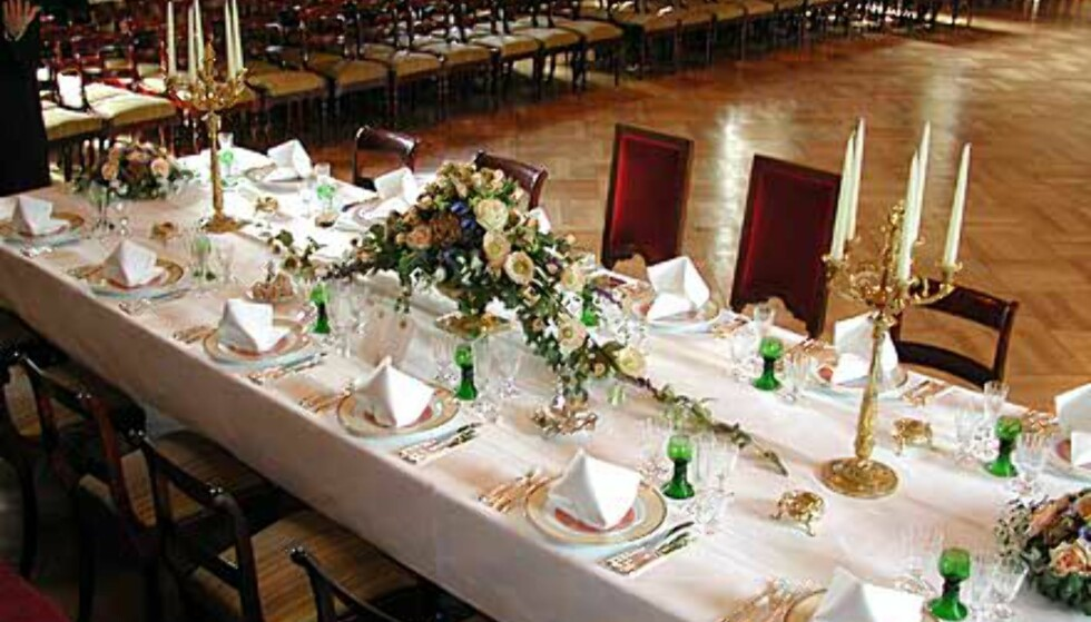 <strong>FESTBORD:</strong> I Den store spisesal dekkes det til slottsmiddag med servise dekorert med motiver hentet fra rommets border og tapeter.