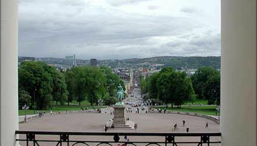 <strong>BALKONGEN:</strong> Her ser du utsikten fra balkongen og nedover Karl Johan, nesten som kongefamilien ser den hver 17. mai.