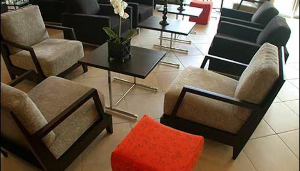I resepsjonsområdet er det også en svær vrimlehall med stolgrupper, bord og sofagrupper.